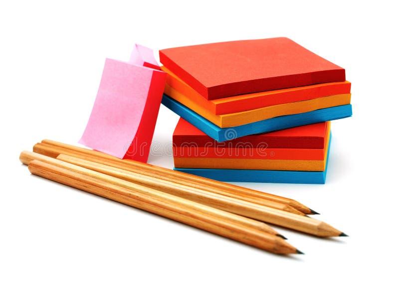 Etiquetas e lápis isolados em um branco foto de stock