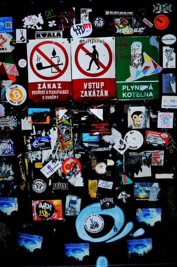 Etiquetas e sinais em uma porta em Cesky Krumlov foto de stock