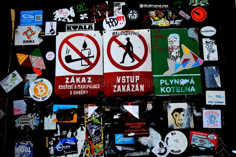 Etiquetas e sinais em uma porta em Cesky Krumlov fotografia de stock royalty free