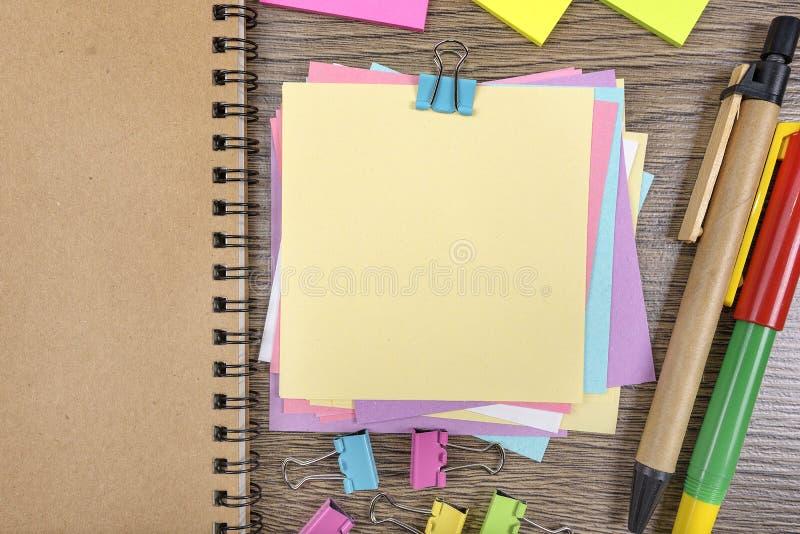 Etiquetas engomadas coloreadas imagenes de archivo