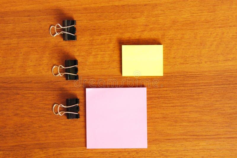 Etiquetas engomadas para las notas sobre un fondo de madera imagenes de archivo