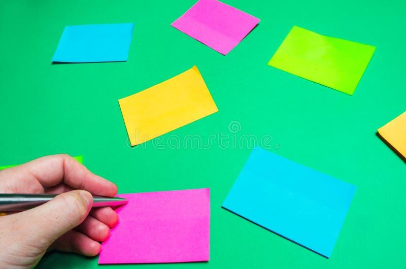 Etiquetas engomadas pegajosas para las notas sobre un fondo verde gestión de tiempo, nueva idea creativa Mala memoria imágenes de archivo libres de regalías