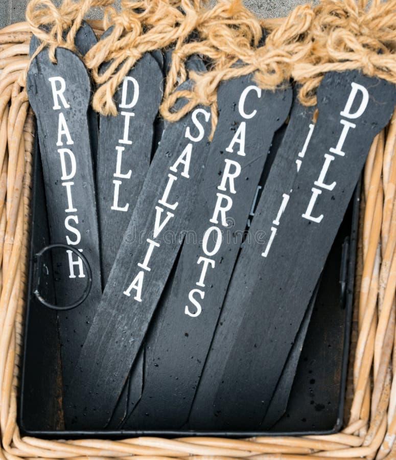 Etiquetas pretas do nome da ardósia para vegetais e ervas para etiquetar no remendo vegetal fotos de stock royalty free