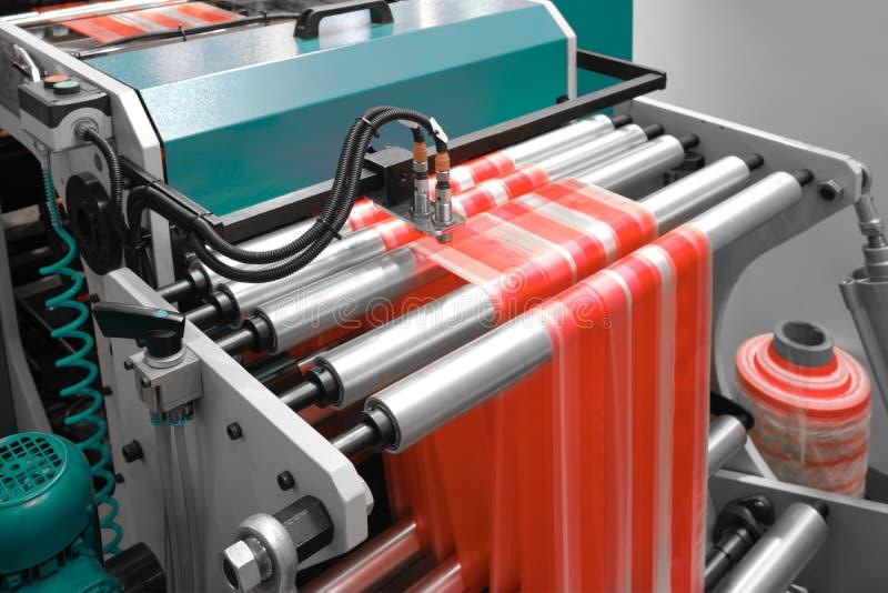 Etiquetas que fabricam na máquina de impressão do flexo foto de stock royalty free