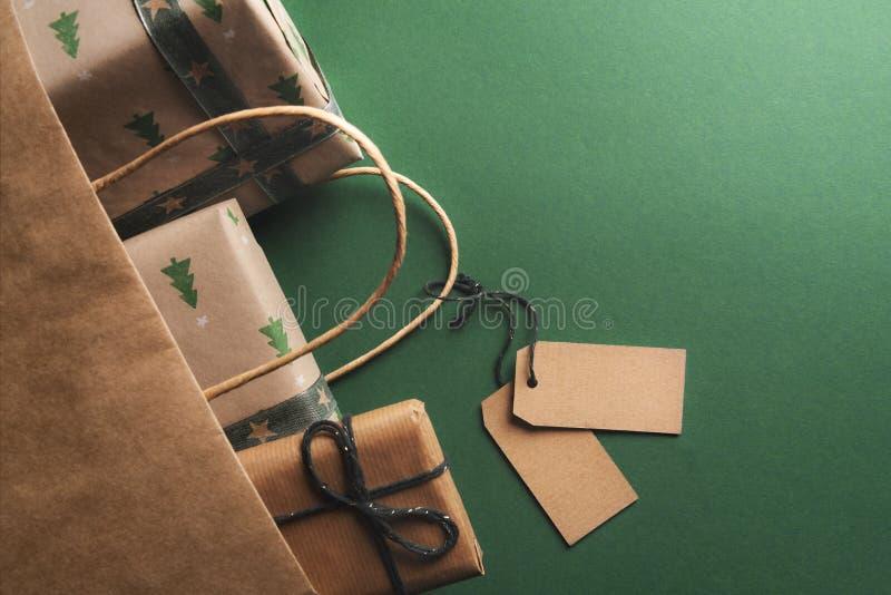 Etiquetas vazias amarradas a um saco virado dos presentes imagens de stock royalty free