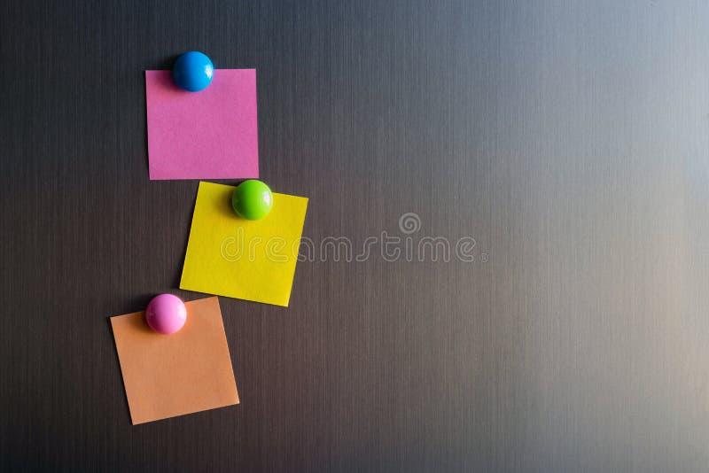 Etiquetas vazias para notas no refrigerador unido com ímãs imagens de stock royalty free