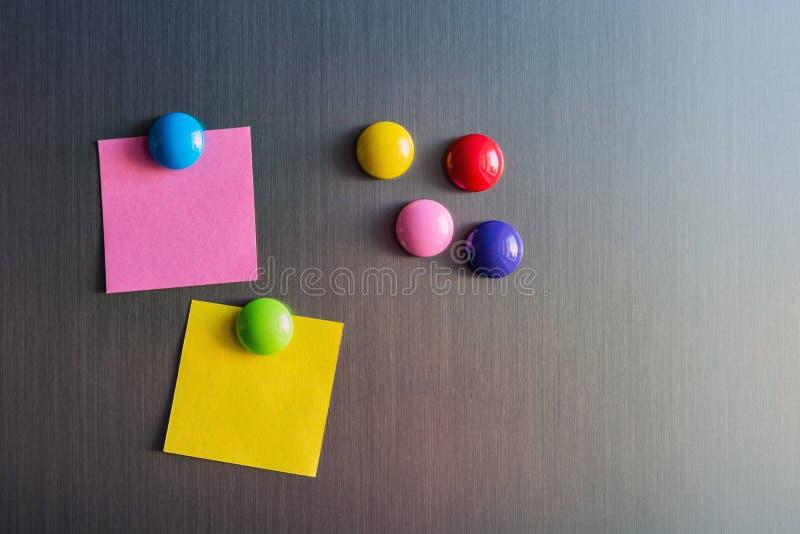 Etiquetas vazias para notas no refrigerador unido com ímãs fotografia de stock