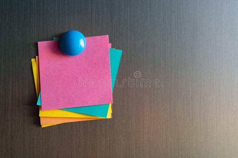 Etiquetas vazias para notas no refrigerador unido com ímãs imagens de stock