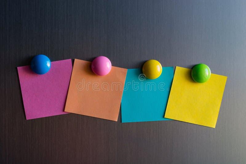 Etiquetas vazias para notas no refrigerador unido com ímãs imagem de stock