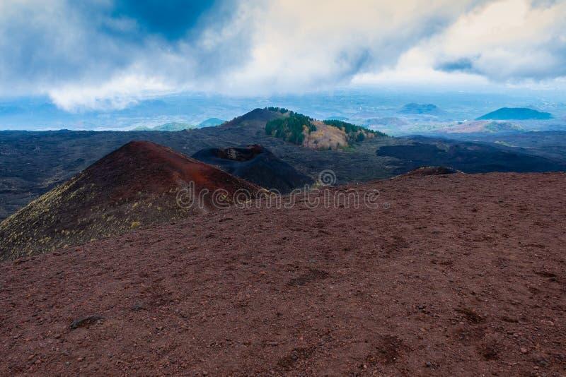 Etna火山火山口与卡塔尼亚在背景中,西西里岛的 免版税库存图片