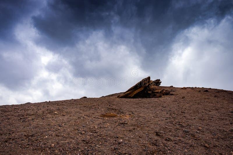 Etna火山的倾斜与剧烈的天空的 库存照片