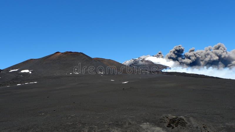 Etna的爆发西西里岛、烟和灰的 免版税库存照片