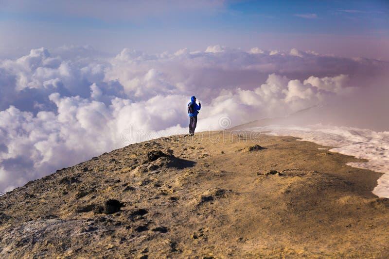 Etna Volcan-Summit-krater in sneeuwlandschap met solitaire wandelaar stock fotografie
