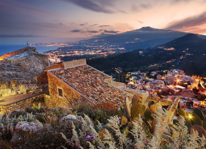 Etna zet gezien van Taormina op stock fotografie