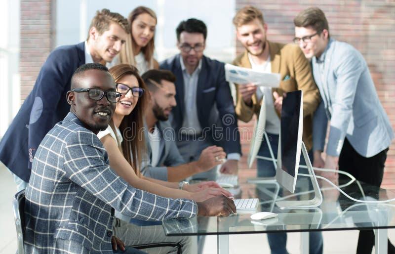 Etniczna biznes drużyna dyskutuje rezultaty swój praca obraz royalty free