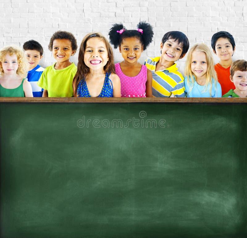 etniczna grupa dzieci Opróżnia Blackboard pojęcie obraz stock