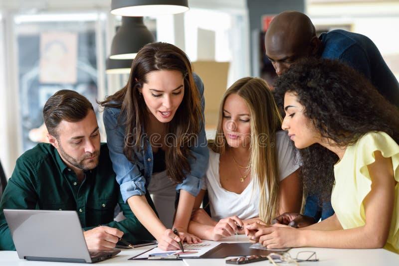Etniczna grupa młodzi człowiecy i kobiety studiuje indoors obraz royalty free