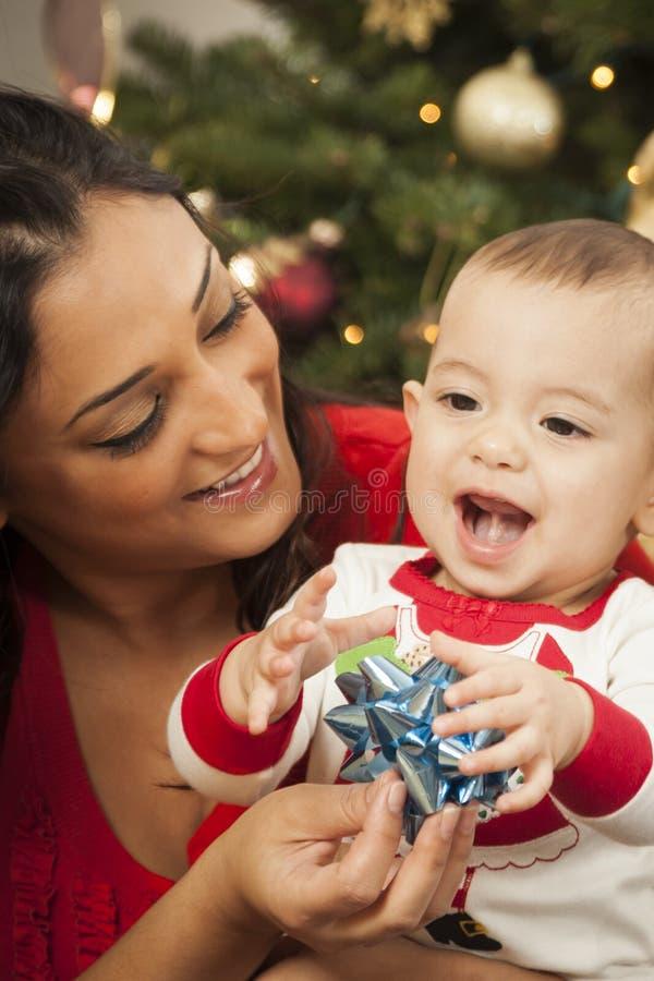 Etniczna kobieta Z Jej Mieszanym Biegowym dzieci bożych narodzeń portretem fotografia royalty free