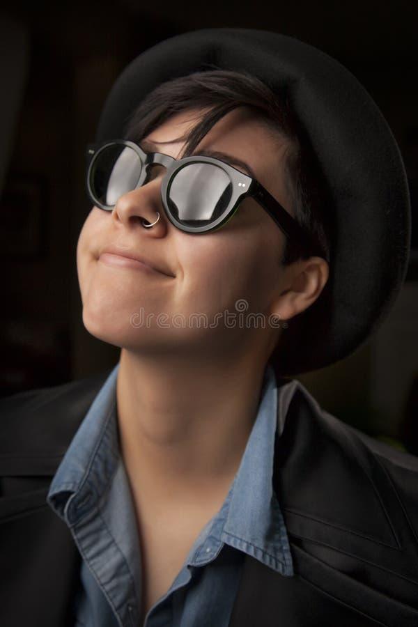 Etniczna Mieszana dziewczyna Jest ubranym okulary przeciwsłoneczne obrazy royalty free