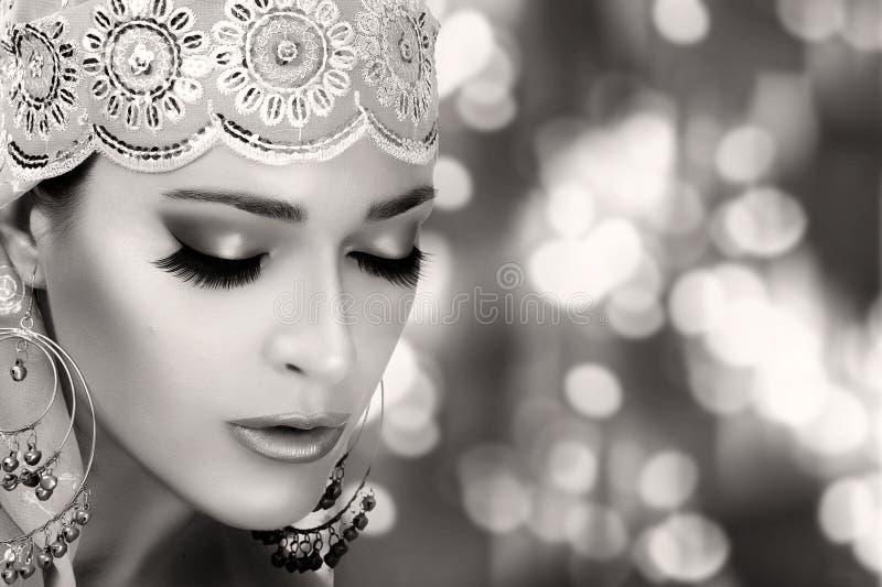 Etniczna piękno moda kobieta etnicznej monochromatyczny portret zdjęcie royalty free