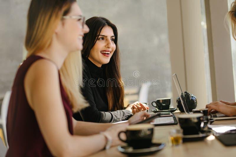 Etniczni bizneswomany ma przerwę podczas spotkania obraz royalty free