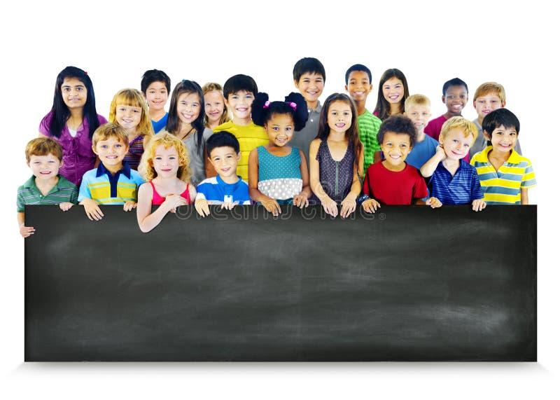 etniczni dzieci Trzyma Pustego Blackboard pojęcie zdjęcia royalty free