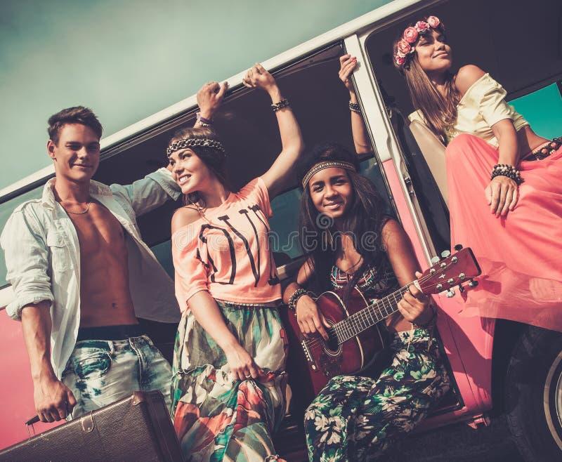 Etniczni hipisów przyjaciele na wycieczce samochodowej zdjęcie stock
