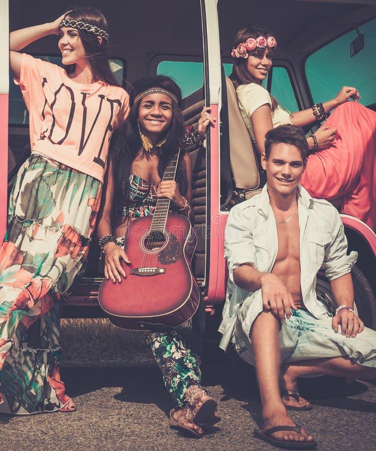 Etniczni hipisów przyjaciele na wycieczce samochodowej fotografia royalty free