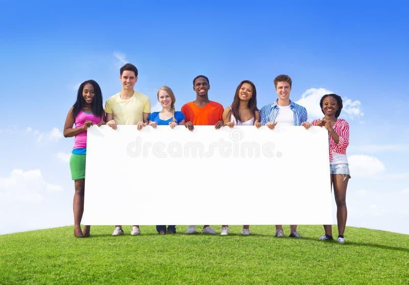 etniczni nastolatkowie Outdoors Trzyma billboard dla kopii przestrzeni zdjęcie stock