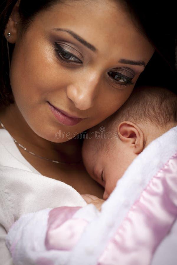 etniczny atrakcyjny dziecko jej nowonarodzona kobieta zdjęcia stock