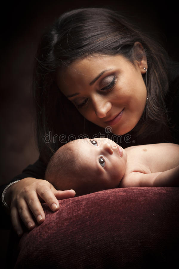 etniczny atrakcyjny dziecko jej nowonarodzona kobieta fotografia stock