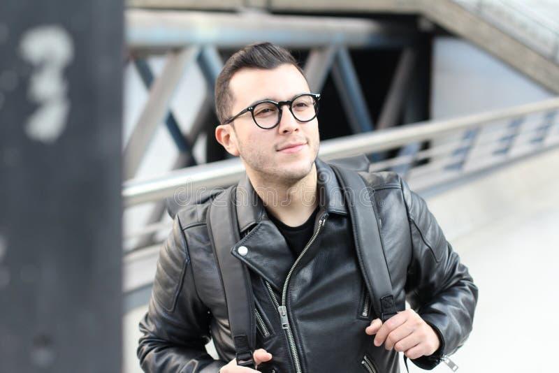 Etniczny młody człowiek patrzeje daleko od w stacji metrej fotografia royalty free