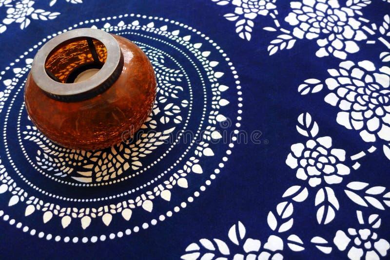 Etniczny stołowy płótno z antyka stylu lampą zdjęcie stock