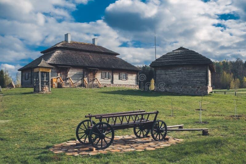 Etnisch huis op landelijk landschap - geboorteplaats van osciuszko in Kossovo-dorp, Wit-Rusland stock fotografie