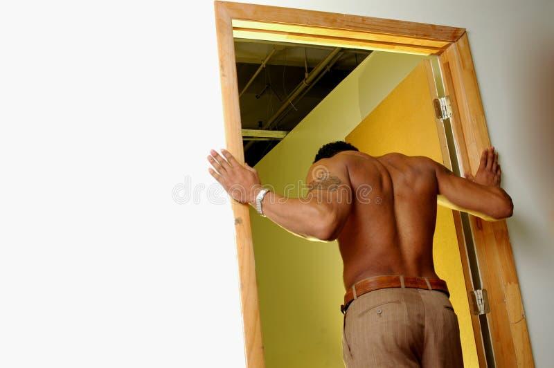 Etnisch mannetje in deuropening stock afbeeldingen