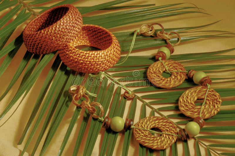 Etnische bijouterie op palmblad stock afbeelding