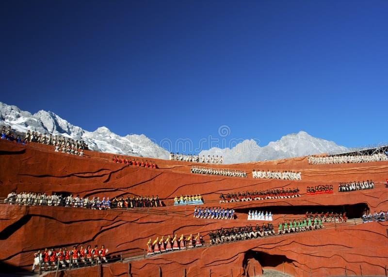Etnische dansers bij Indruk Lijiang stock fotografie