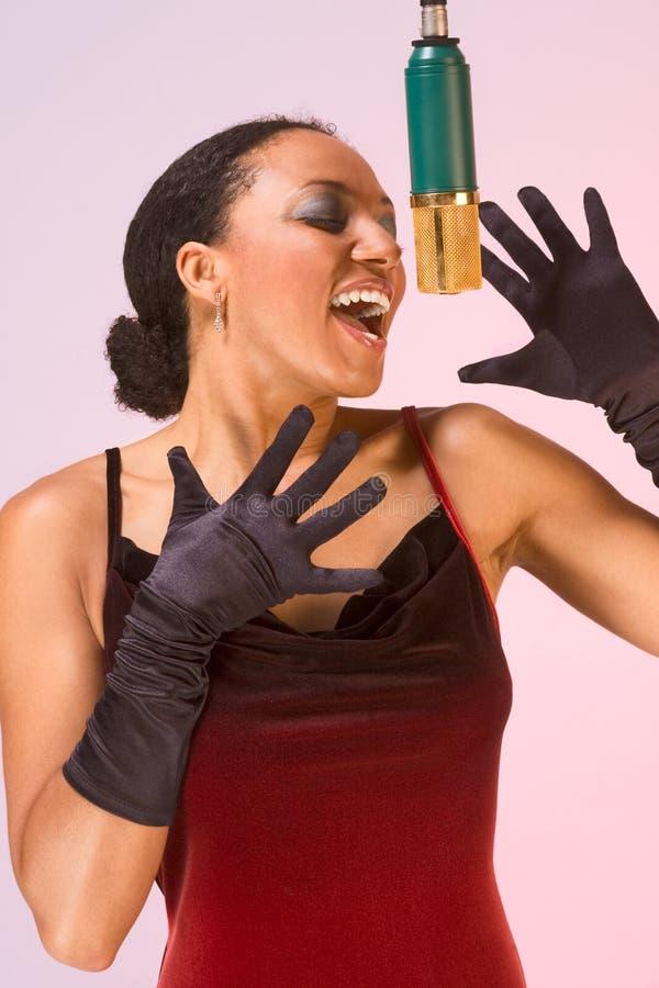 Etnische diva vrouwenzanger in rode overlegkleding royalty-vrije stock foto