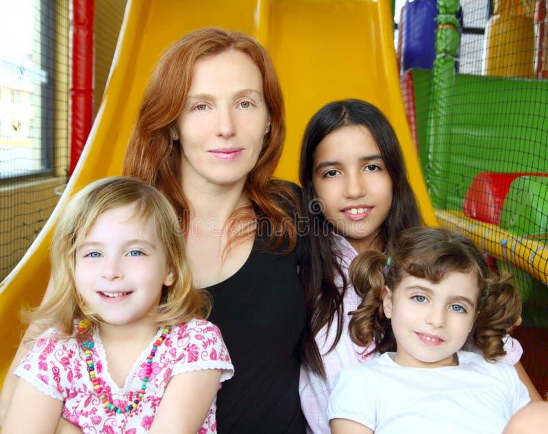 Etnische gemengde familiemoeder en dochters stock afbeeldingen