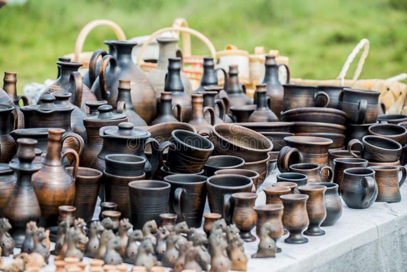 Etnische herinneringen op de marktteller Antieke werktuigen die van hout en klei worden gemaakt royalty-vrije stock afbeeldingen