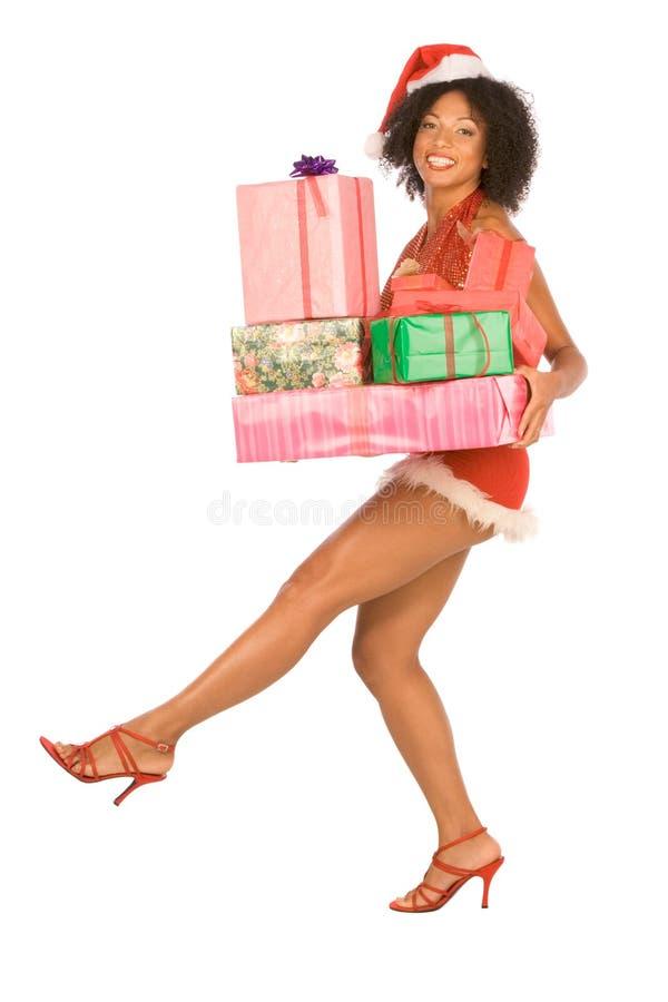 Etnische Mevr. Santa met stapel van Kerstmis stelt voor stock afbeeldingen