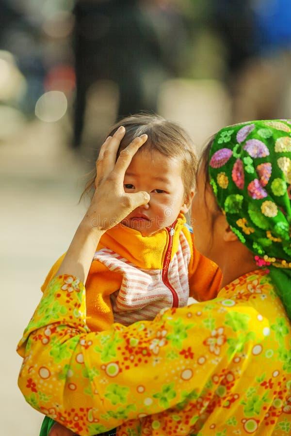Etnische minderheidkinderen en moeder royalty-vrije stock afbeelding