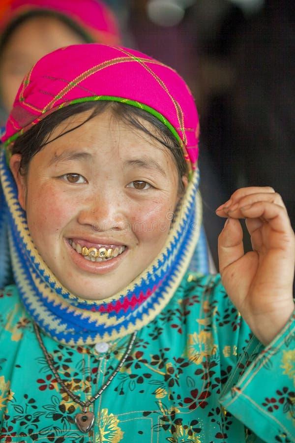 Etnische minderheidvrouw die, bij oude Dong Van-markt glimlachen royalty-vrije stock fotografie