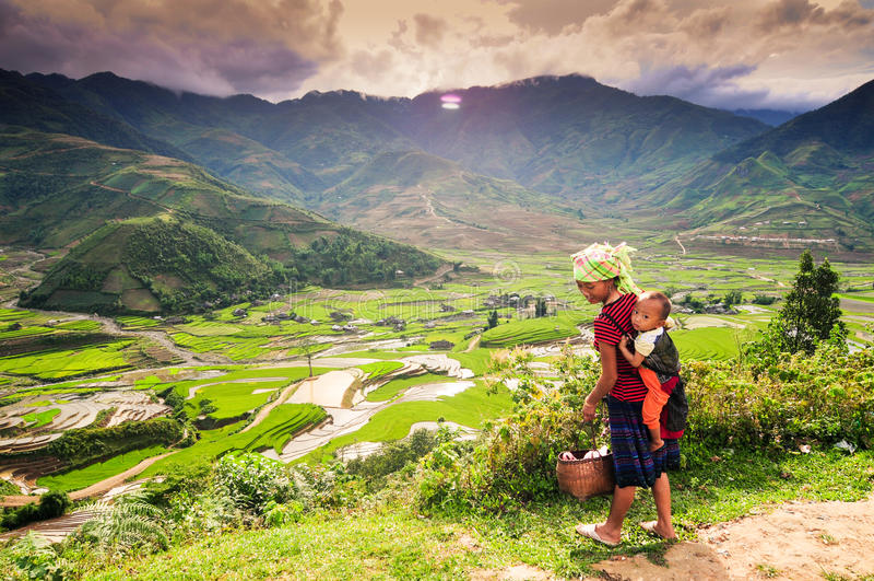 Etnische minderheidvrouw met haar zoon in Vietnam royalty-vrije stock foto's