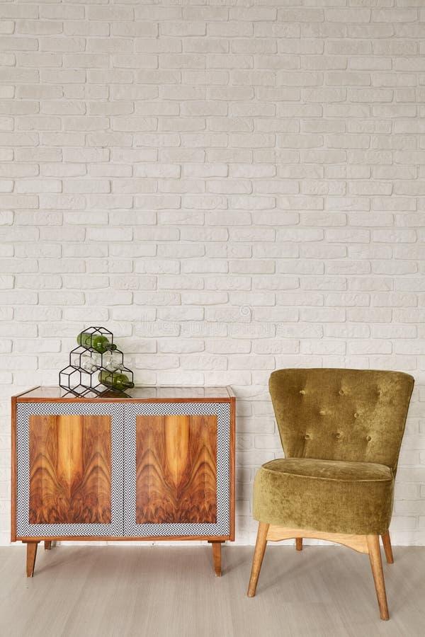 Etnische opmaker en groene stoel stock foto