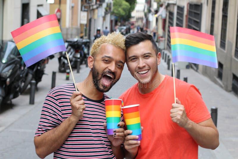 Etnische vrolijke paar het vieren diversiteit in openlucht stock foto's