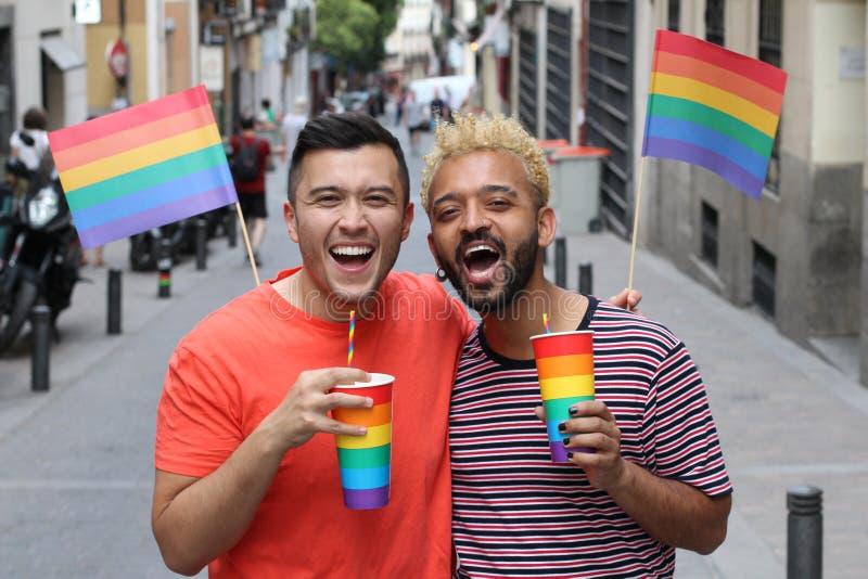 Etnische vrolijke paar het vieren diversiteit in openlucht royalty-vrije stock afbeeldingen