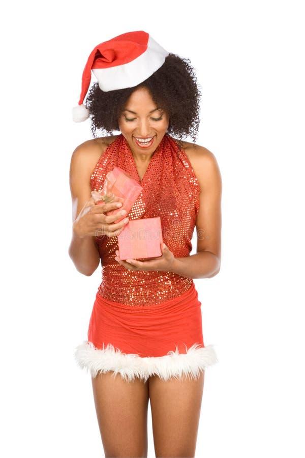 Etnische vrouw die met aanwezige Kerstmis wordt verrast royalty-vrije stock afbeeldingen