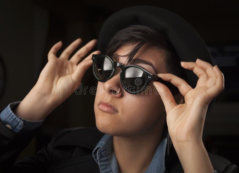 Etnisk blandad flicka som ha på sig solglasögon arkivfoto