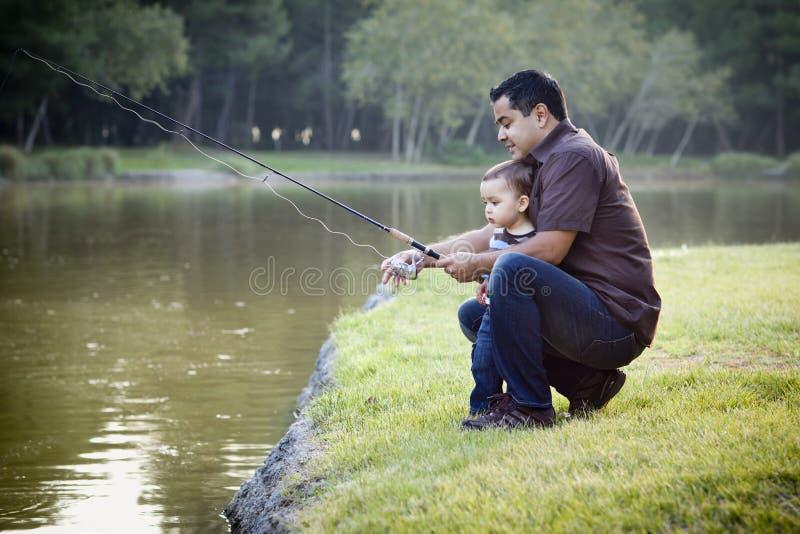 etnisk fader som fiskar lyckligt sonbarn arkivbilder